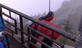 环卫工悬崖边冒险捡游客垃圾