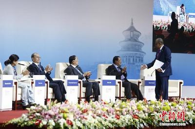 (APEC)工商领导人峰会,图为哈米德和洪森握手.中新社发 张浩 图片